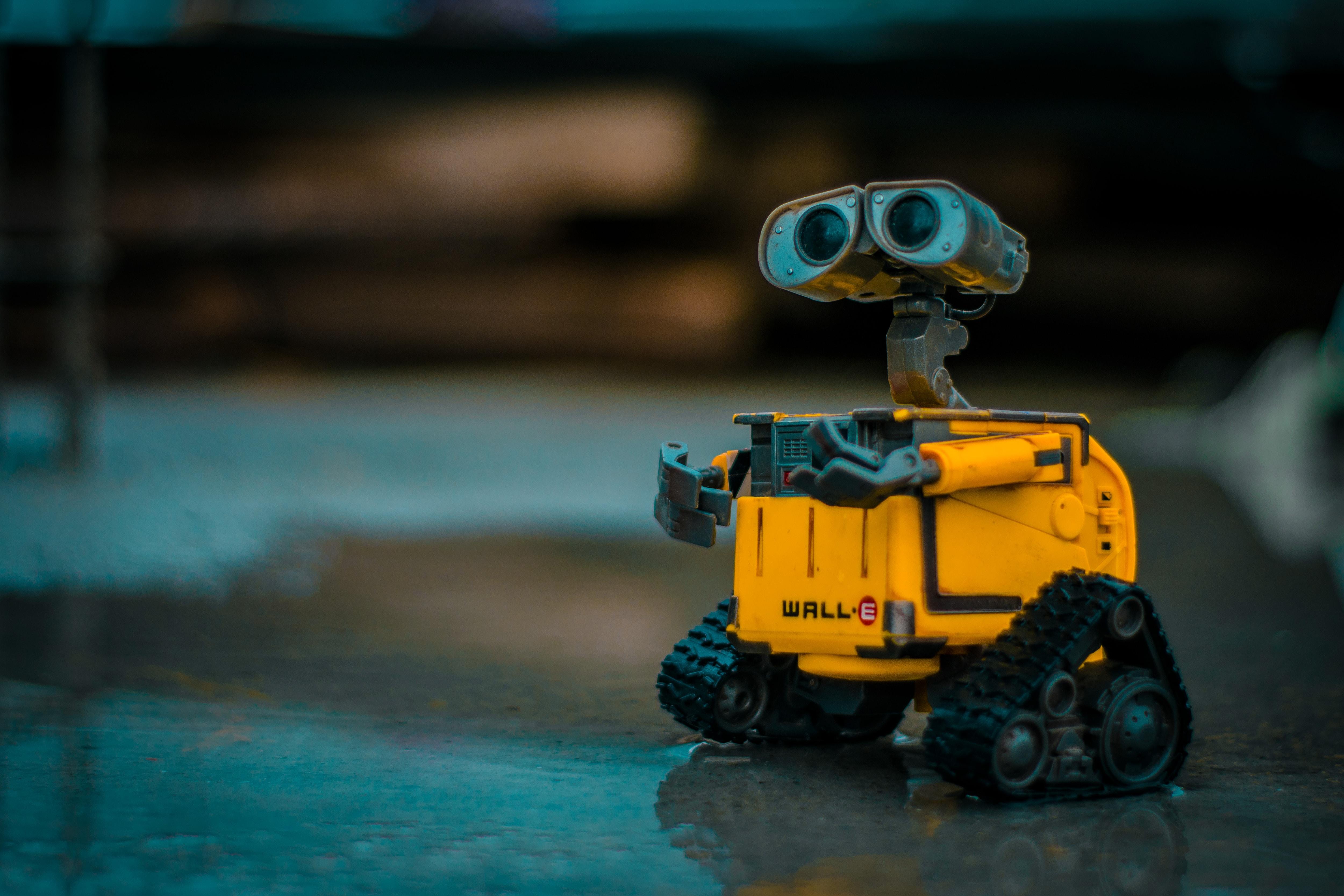 """Pourquoi nos robots deviennent-ils """"empathiques"""" ? Du bon usage des émotions en robotique interactive"""